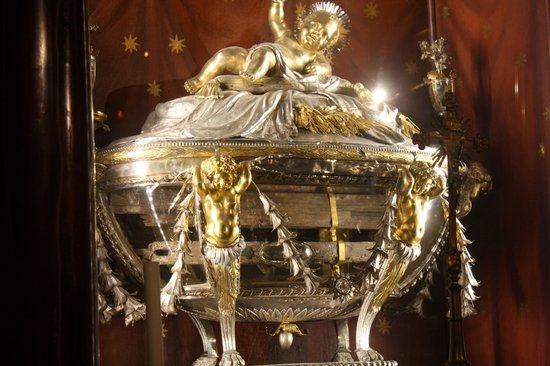 manger-reliquary close up